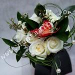 Buchet_trandafiri_albi_cu_fluture_rosu