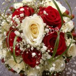 Buchet_trandafiri_albi_si_rosii