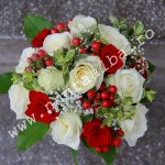 Buchet_trandafiri_albi_si_rosii_si_hipericum