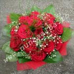 Buchet_trandafiri_rosii_cu_verdeata